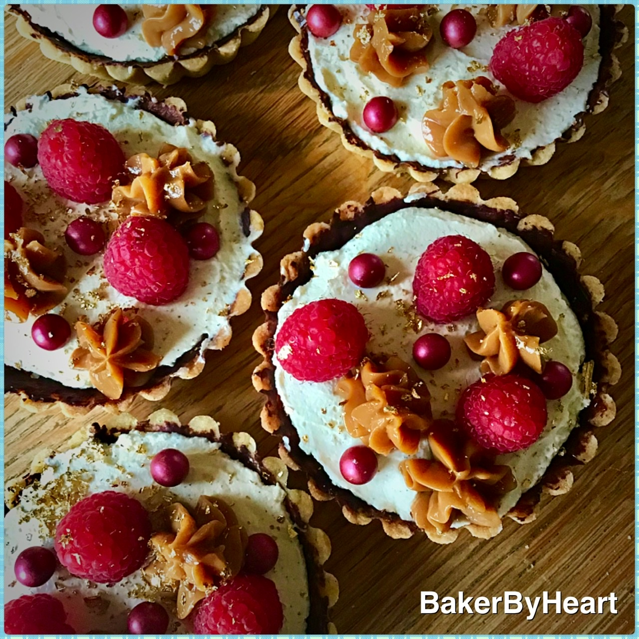 Små tærter med mascarpone, karamel og hindbær