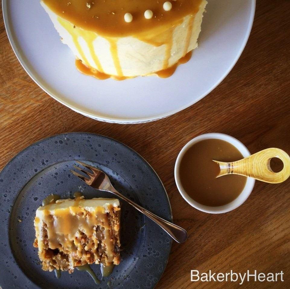 Gulerodskage med cream cheese frosting og salty caramel