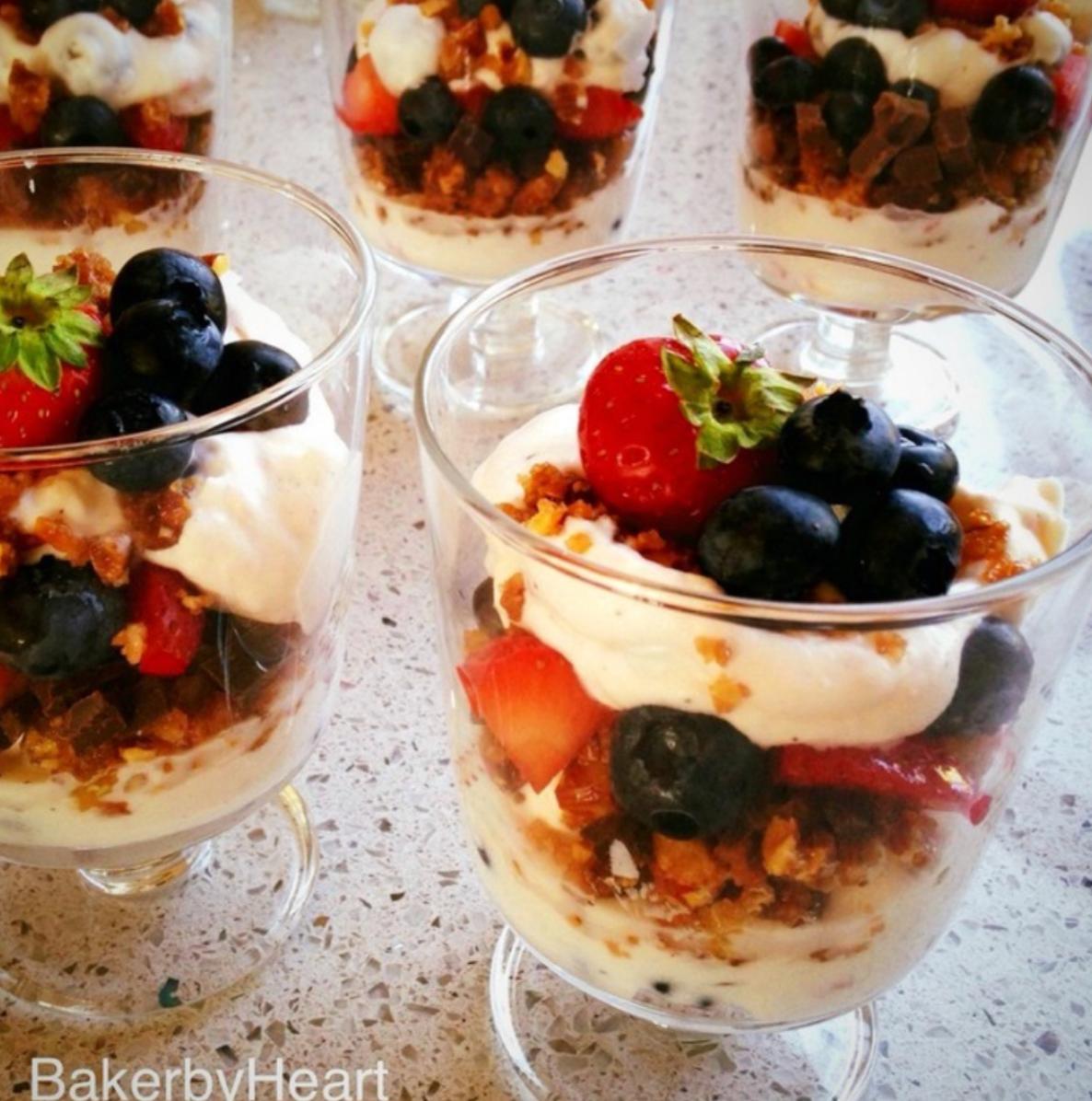 Knaselækker dessert med jordbær og blåbær